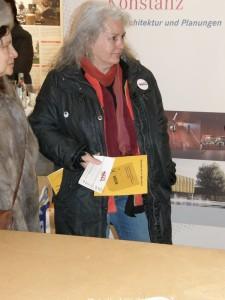 Ute mit Flyern gegen das Konzerthaus beim Stand der Befürworter im Lago Konstanz