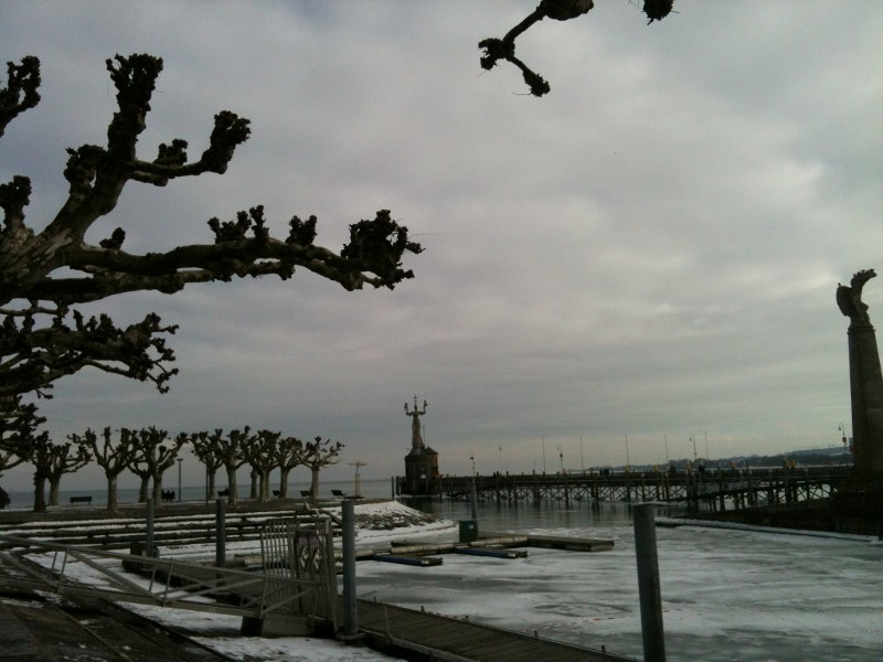 Düsteres Wetter mit Eis am See im Hintergrund die Imperia