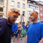 Roland und Rüdiger vorm Start mit orangefarbenen Badekappen