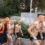 Roland, Rüdiger und die Teilnehmer auf dem Weg zum See