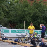 Rüdiger und Roland beim Wechseln aufs Rad