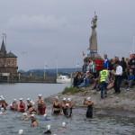 Frauen und Staffeln vorm Schwimmstart im Wasser