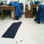 Nähen und Zuschneiden in der Nähecke mit viel Platz auf dem Boden