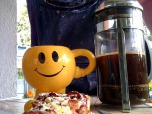 Zwetschgenkuchen und Smiley-Becher-Kaffee