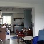 Abzugshaube und Holz-Kachelofen in einem Raum