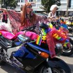 Spannende Frauen mit ihren Motorrädern beim CSD am See