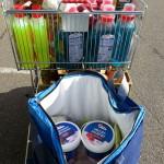 Gekühlte Lebensmittel in der Kühltasche, Waschmittelflaschen kommen nachher in eine Kiste