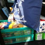 Kofferraum, Mehlverpackungseinheit, gemischte Kiste, Kühltasche gefüllt im Auto
