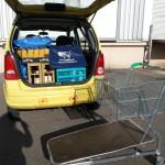 Kofferraum geladen, Einkaufswagen leer, Schatten der Fotografin erkennbar