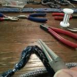 Für die Spiralwicklungen am Ende und Anfang eines gedrehten Drahts eignet sich eine Rundzange
