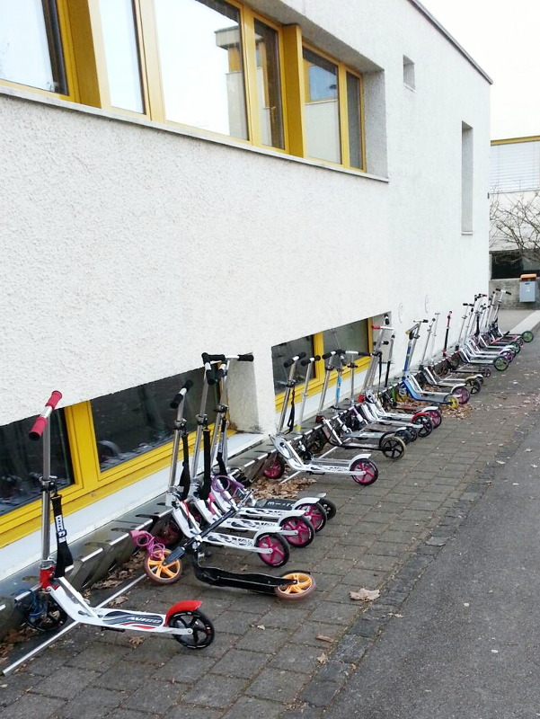 viele Roller (Kickboards) geparkt Opfikoner Rockertreff