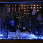 Winterlandschaft im Schaufenster des Lädele - nachts ohne zusätzliche Beleuchtung