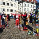 Skifahren ohne Schnee im Sonnenschein Fasnet in Konstanz