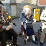 ältere Herrschaften im Sonnenschein Fasnet in Konstanz