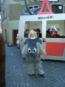 """Plüschelefant vor der """"Seilbahn"""" Fasnet in Konstanz"""