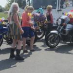 Motorradfrauen vor der Parade zum CSD am See