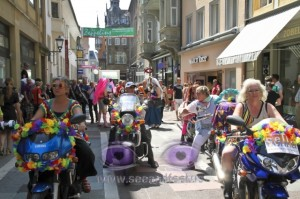 Motorradfrauen in der Fußgängerzone - CSD am See