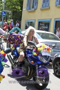 mit Kleid und Handtasche Motorradfahren beim CSD am See