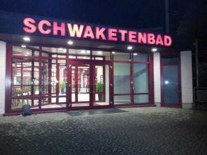 Schwaketenbad Konstanz beleuchteter Eingang