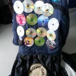 CDs aufgesetzt, beim Rock mit Fake-CD - Fasnet Häs nähen