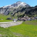 Die Jungs kaum größer als das 60 - er Schild am Arlberg