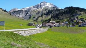 Die Jungs kaum größer als das 60-er Schild am Arlberg