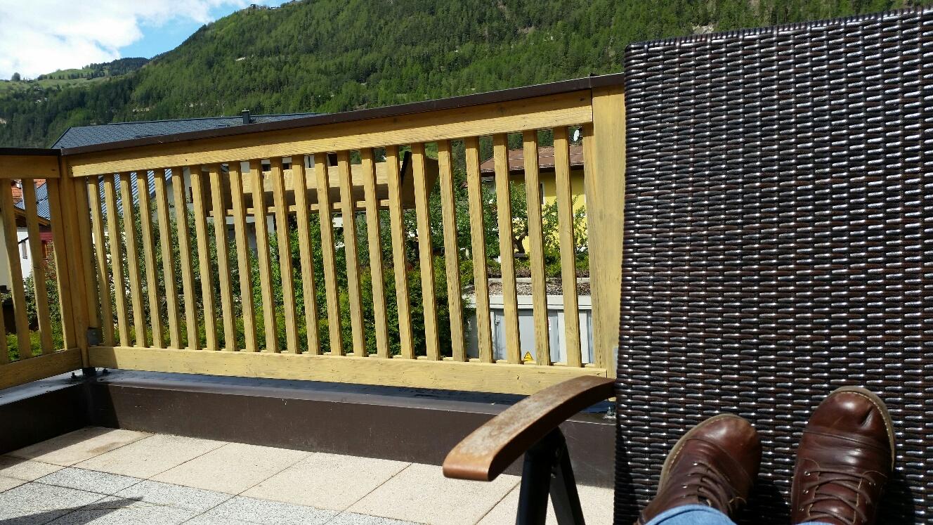Lieblingschuhe und Pause auf der Terrasse in Ried 8. Mai