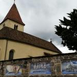 Kirchenmauer in Plaus mit Malereien von Tod und Motorrad Mai 2014