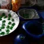 Kekse mit Zuckerstreuseln und Zuckerguß für den Rasen - Fußball-Keks mit Rasen aus kaltem Hund