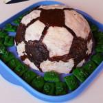 Fußball-Keks mit Rasen aus kaltem Hund