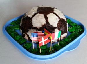 Fußball-Keks mit Rasen aus kaltem Hund und Fähnchen