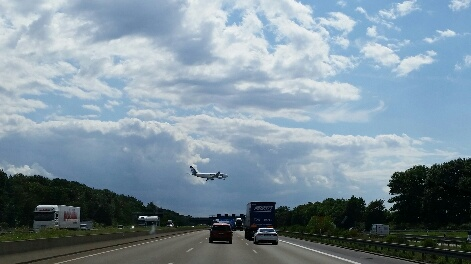 Flugzeug über der Autobahn