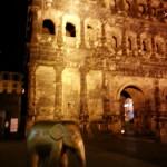 Elefant, nachts, vor der Porta Nigra in Trier, bei der Elefantenparade Trier-Luxemburg