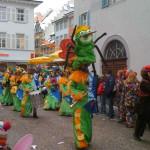 Guggemusik mit Froschkönig im Fantasiekostüm mit langer Nase