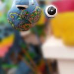 Metallgartensteckerfrosch in blau