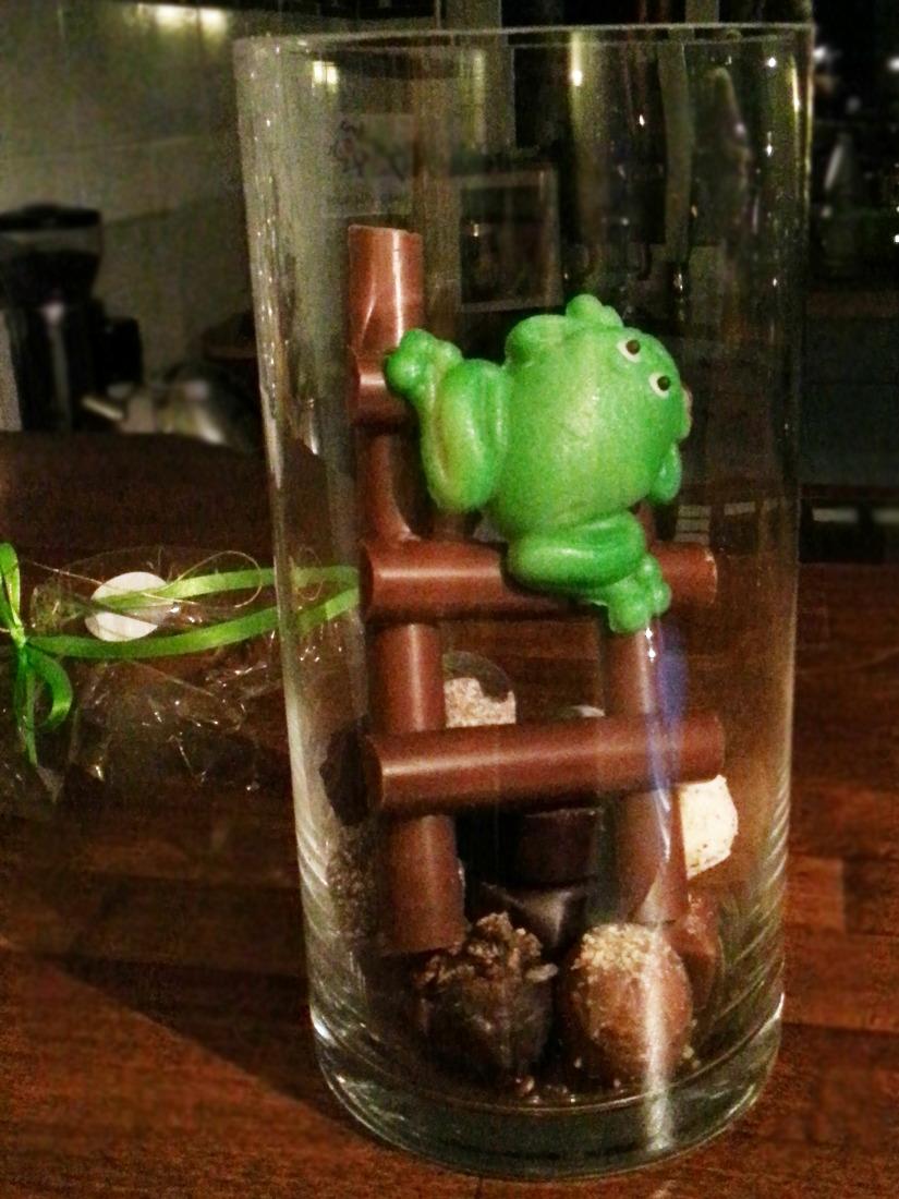 Marzipanwetterfrosch auf Schokoladenleiter
