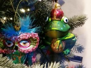 Christbaumanhängerfroschkönig mit venzianischer Maske