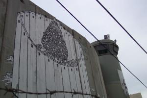 Die Mauer in Bethlehem, Palästina, selbst Weihnachtsbaum und Geschenke sind eingemauert, im Vordergrund der Stacheldraht