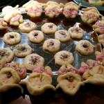 Mädchenkekse, pinkfarbener Rock, Nuss im Arm, Marzipanhaare - Weihnachtsguetsele zum selbst essen und verschenken