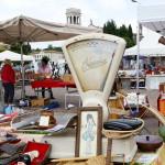Alte Waage -Hingucker beim Flohmarkt San Zenone, Italien