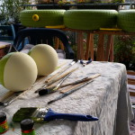 Froschaugen im Hintergrund die Reifen - Gartendeko Reifenfrosch bepflanzt