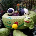 Details des Reifenfrosch mit Styroporfrosch - Gartendeko Reifenfrosch bepflanzt