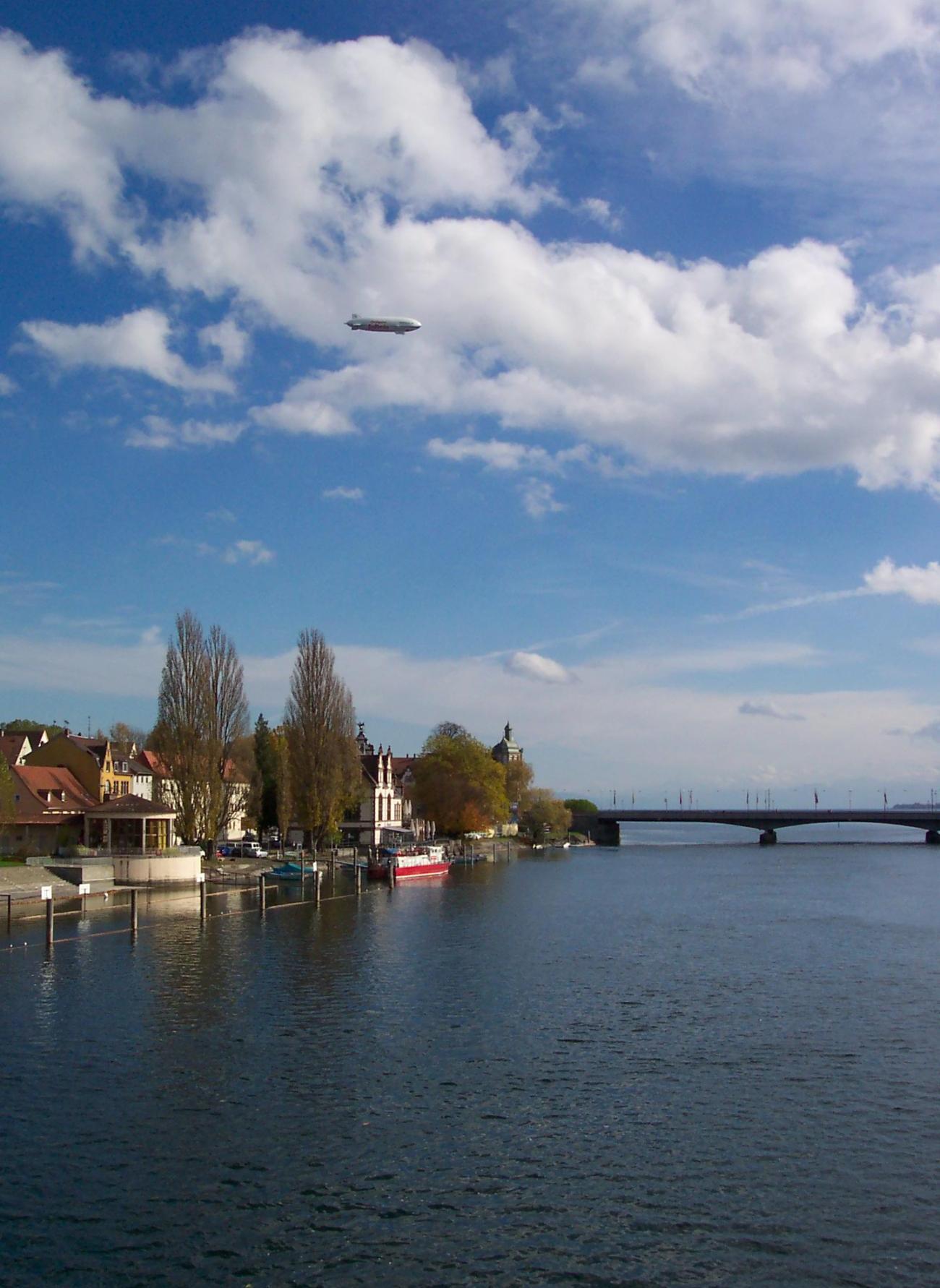 Zeppelin über der Rheinbrücke Konstanz