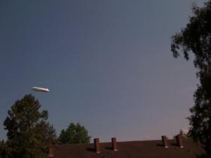 Zeppelin vom Balkon aus in Konstanz