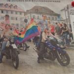 Moppedmädels führen den CSD 2005 in Konstanz an, hinten drauf steht jeweils ein junger Mann, Foto aus dem Südkurier über den CSD 2005