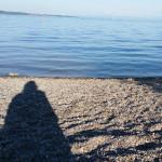 Die Schatten aller Menschen sind gleich, sie sind dunkel im Sonnenlicht. - See Konstanz