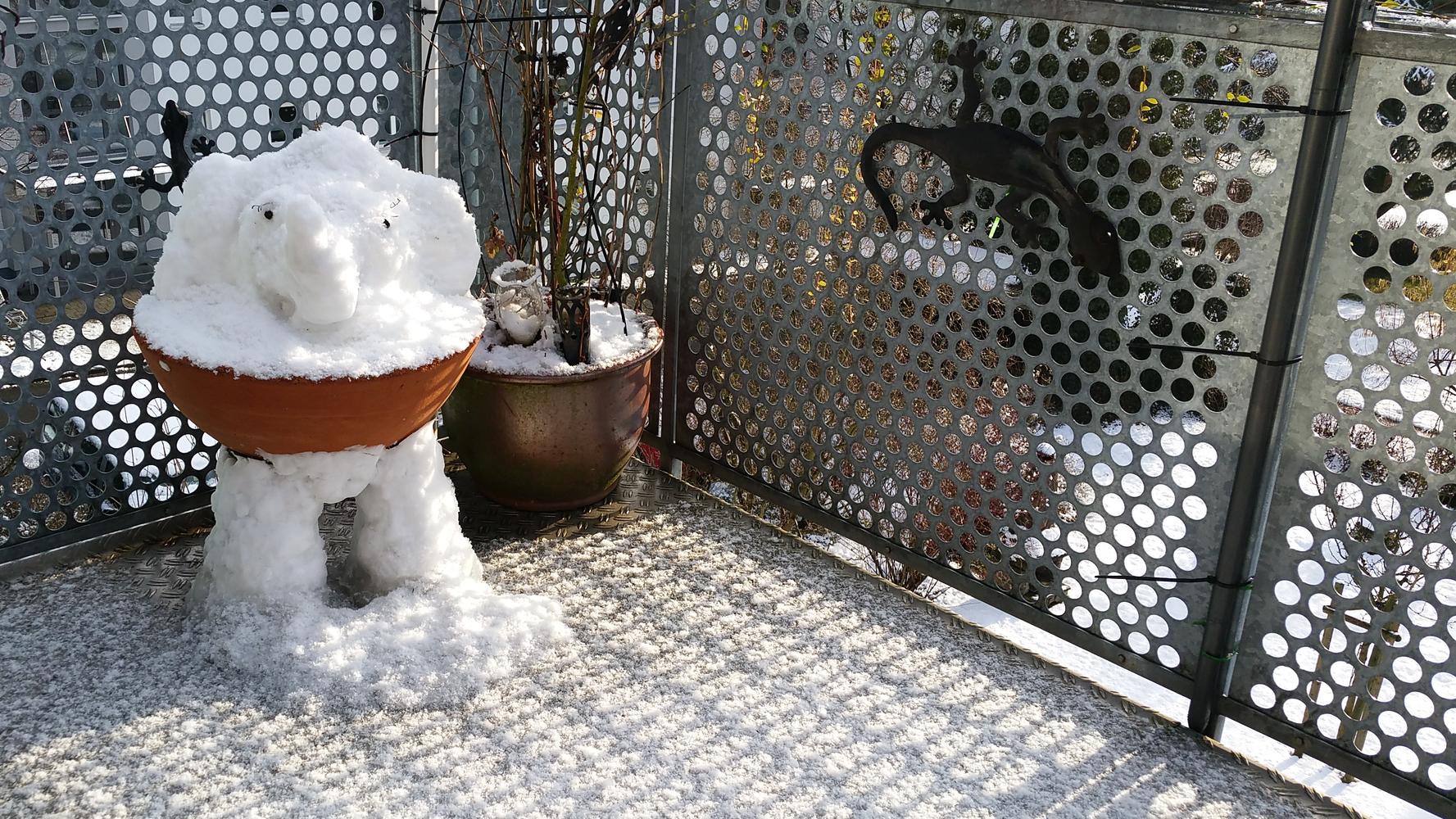 nach dem Bau hat's nochmal ein bissel geschnet, Schneeelefant mit Flocken in der Sonne - Kleiner Schneeelefant auf dem Balkon in Konstanz - #Schnee