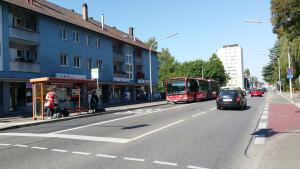 Stadt Konstanz verlegt zwei Bushaltestellen um 100 Meter Weg zur Sporthalle zu sparen.