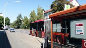 Stadt Konstanz verlegt Bushaltestelle um 100 Meter Weg zur Sporthalle zu sparen.