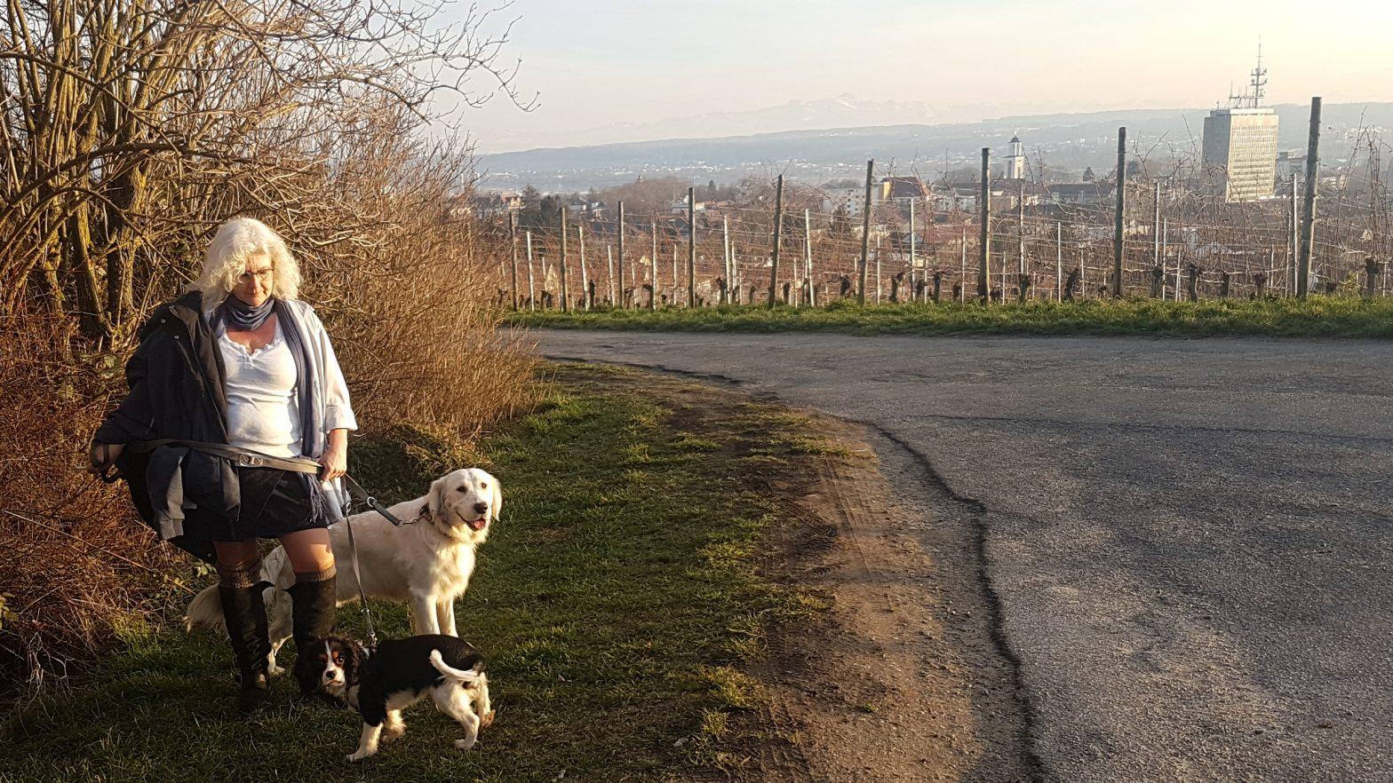Jungs, Richie und Gismo (Hunde) und Ute am Bismarckturm - utele eu